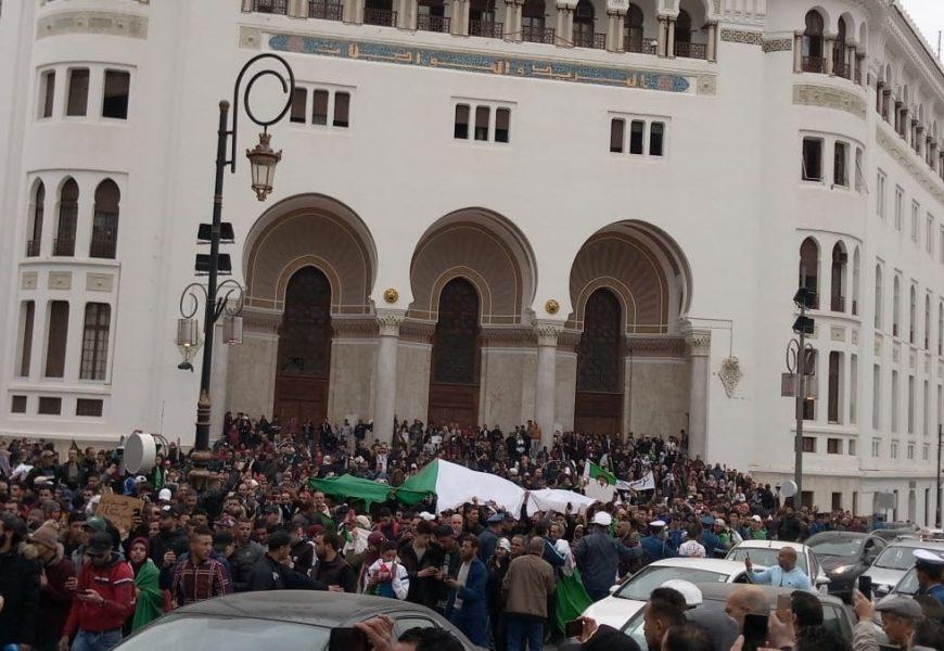 Travailleurs, étudiants, enseignants, femmes au foyer : tout un peuple en marche en Algérie