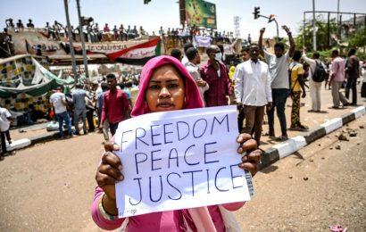 Soudan / L'homme fort du conseil militaire de transition jette l'éponge