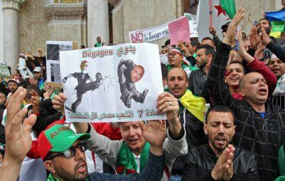 Les Algériens maintiennent la pression en manifestant pour la neuvième semaine d'affilée (images)