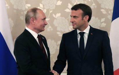 Macron fait l'éloge des démocraties libérales et arrache un sourire mutin à Poutine
