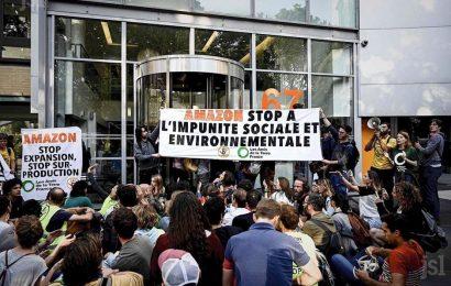 Des ONG et des Gilets jaunes bloquent le siège d'Amazon France