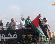 Le drapeau palestinien sur le bus des joueurs algériens de retour à Alger
