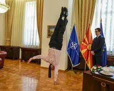 L'ambassadeur israélien fait le poirier devant le Président de Macédoine du Nord