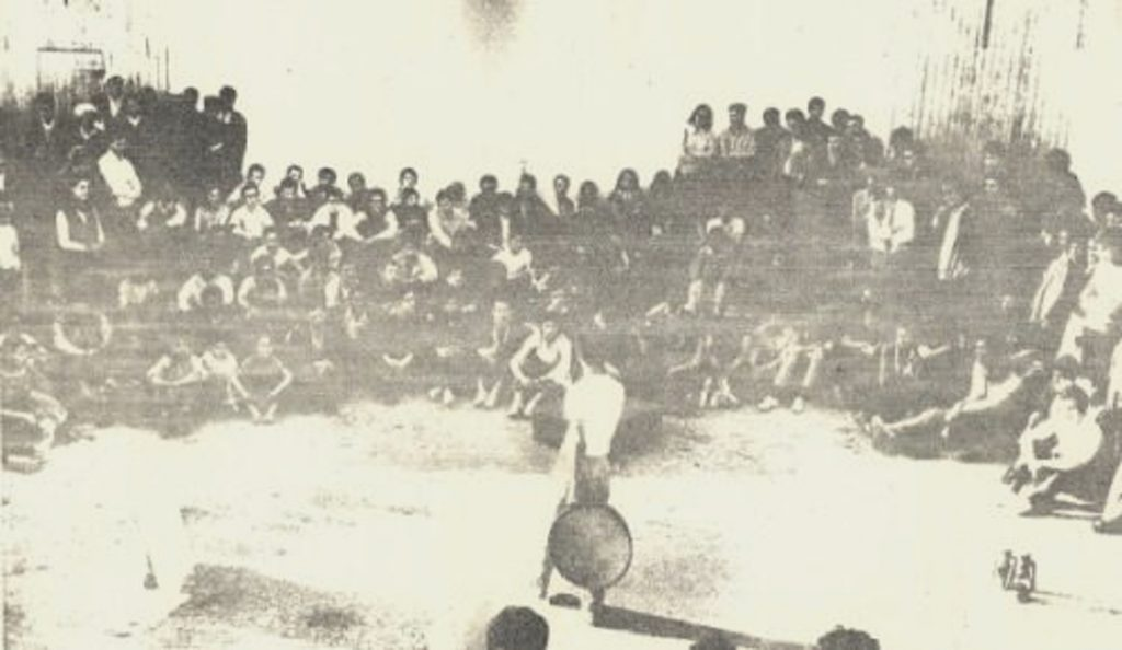 Kaddour Naimi presentant une piece de theatre dans une ferme agricole pres d Alger 1969