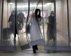 Plus de 20.000 cas du coronavirus recensés en Chine, un premier décès à Hong Kong (+podcasts)
