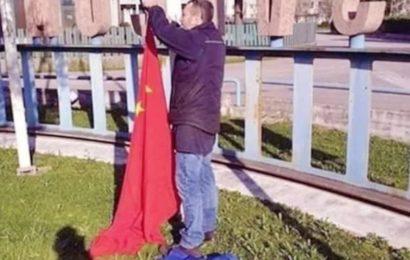 Des Italiens retirent le drapeau de l'Union Européenne et hissent le drapeau de la République Populaire de Chine