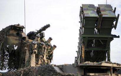 L'Iran a déployé de toute urgence des dizaines de systèmes de missiles sur la côte du détroit d'Ormuz, menaçant les États-Unis de guerre