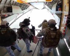 Des soldats aéroportés russes sautent d'une altitude de 10.000 m dans l'Arctique, une première dans l'Histoire – vidéo
