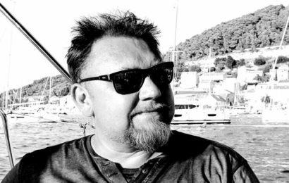 Pologne – Un médecin polonais se moque des opposants au vaccin anti-Covid pendant qu'il reçoit son injection… et décède 15 jours plus tard